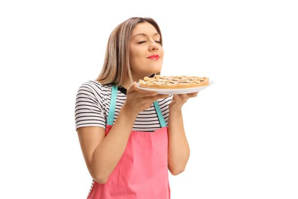 ung kvinna att lukta en nybakad paj - food woman to smell bildbanksfoton och bilder