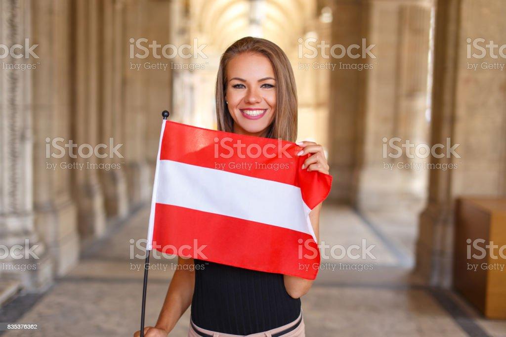 Sonrisa de mujer joven con la bandera austríaca - foto de stock