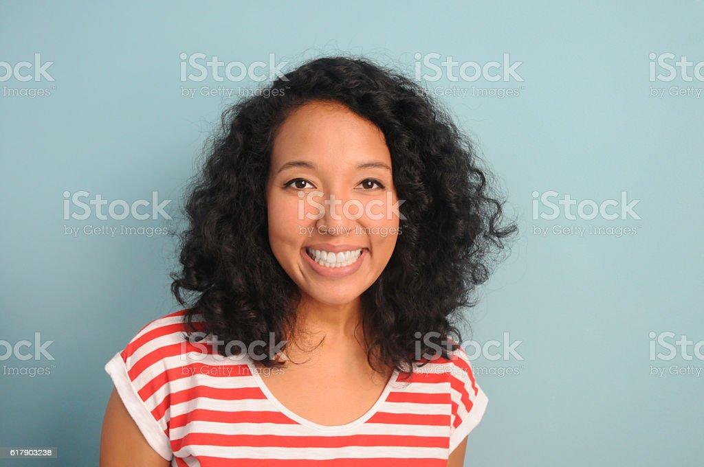Junge Frau lächelnd  – Foto