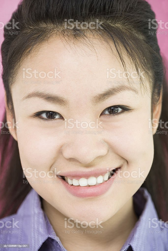 Young woman smiling, portrait, close-up foto de stock libre de derechos