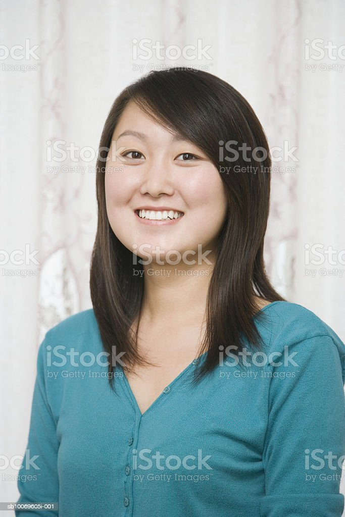 Young woman smiling, portrait foto de stock libre de derechos