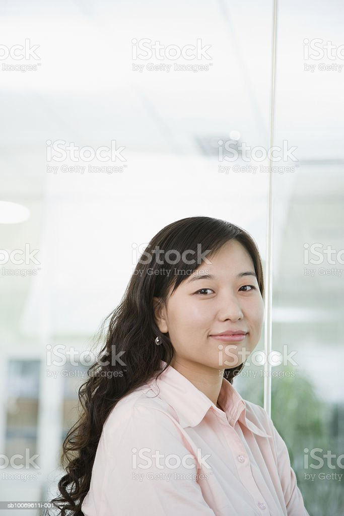 Young woman smiling, portrait foto stock royalty-free