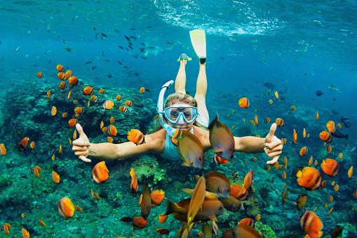 Foto de Jovem Mulher Mergulhar Com Peixes De Recife De Coral e mais fotos de stock de Abaixo