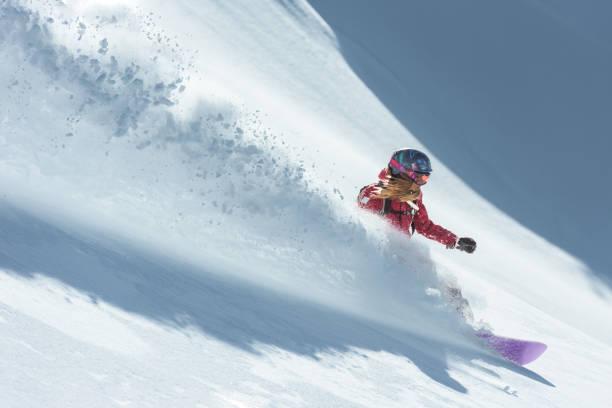 Junge Frau im frischen Schnee Snowboard – Foto