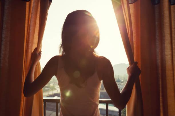 junge Frau Stand im Zimmer offen Vorhang siehe sunrise – Foto