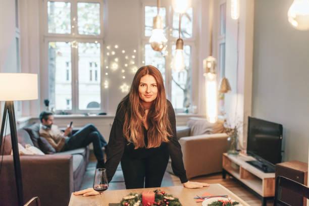 jovem mulher que está na mesa de jantar com decoração de natal - 30 39 anos - fotografias e filmes do acervo