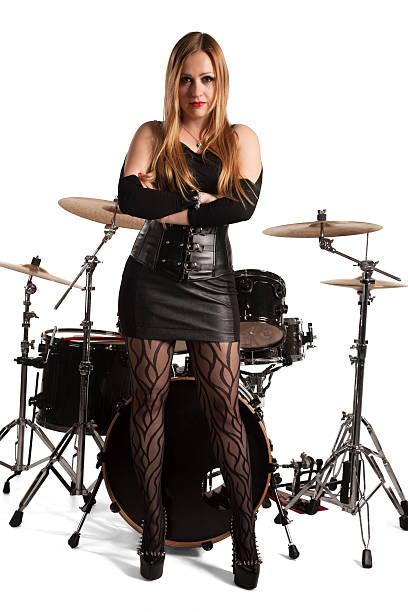 junge frau stehend vor drumkit - damen rock kostüme stock-fotos und bilder