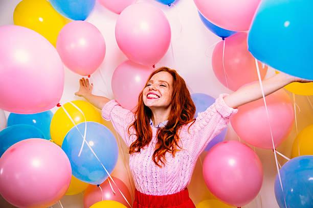 jovem mulher em pé de muitos balões - mulher balões imagens e fotografias de stock