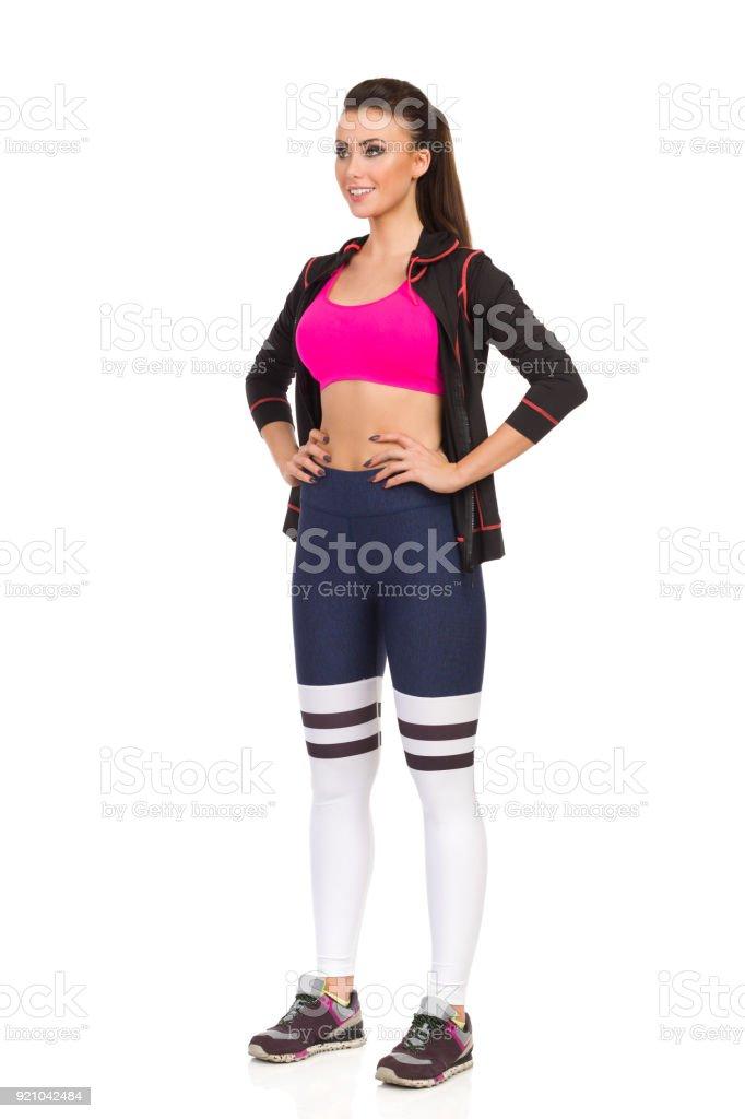 Junge Frau Beine Gespreizt In Fitnessoutfit Vorderseite Ansicht