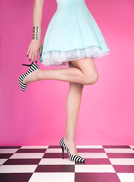 junge frau auf einem bein mit high heels - damen rock pink stock-fotos und bilder