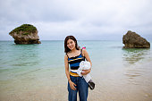 リゾートビーチに立つ若い女性
