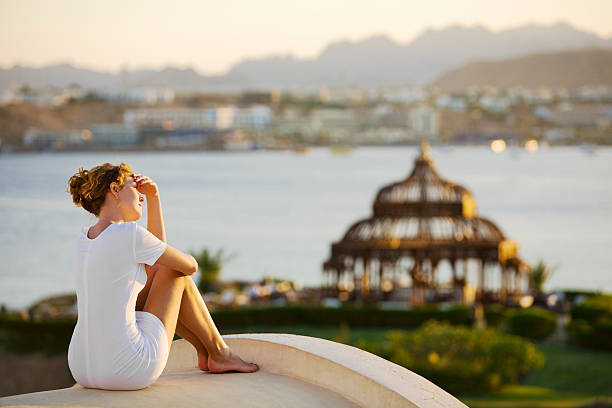 Junge Frau auf dem Dach und genießen Sie den Sonnenuntergang. – Foto