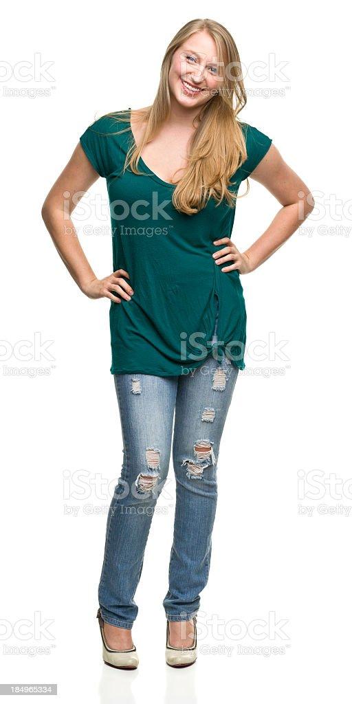 Jeune femme debout avec les mains sur les hanches - Photo