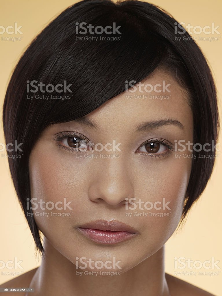 Young woman starring at camera, close-up Lizenzfreies stock-foto