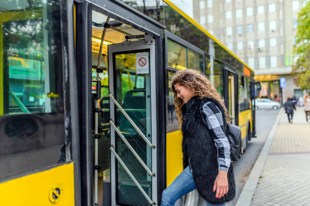 Mujer joven en el autobús paso - foto de stock