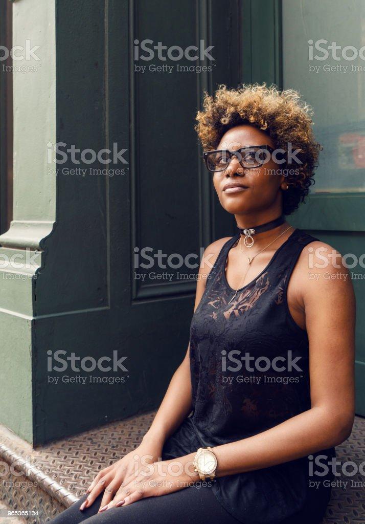 紐約年輕女子街肖像 - 免版稅一個人圖庫照片