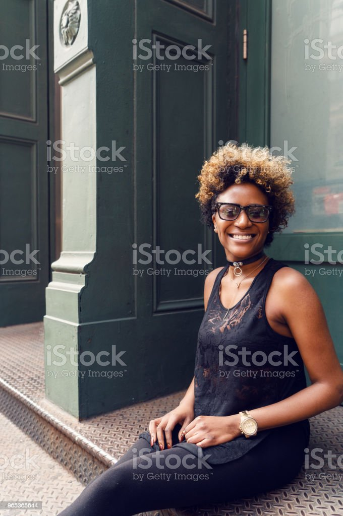 Young woman street portrait, New York - Zbiór zdjęć royalty-free (Afro)