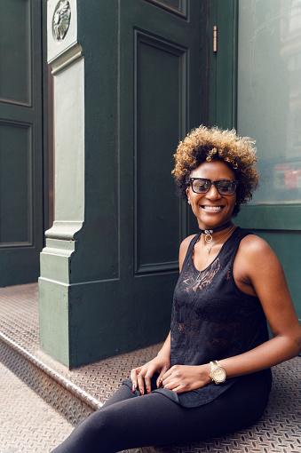 Young Woman Street Portrait New York - zdjęcia stockowe i więcej obrazów Afro