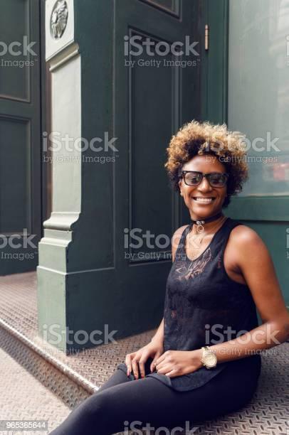 Młoda Kobieta Portret Uliczny Nowy Jork - zdjęcia stockowe i więcej obrazów Afro