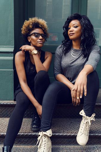 젊은 여 자가 거리 초상화 뉴욕 2명에 대한 스톡 사진 및 기타 이미지