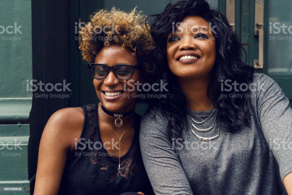 紐約年輕女子街肖像 - 免版稅一起圖庫照片