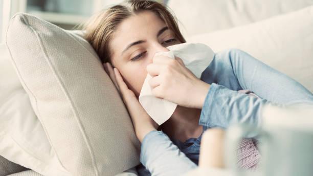 Junge Frau leidet unter Erkältung – Foto