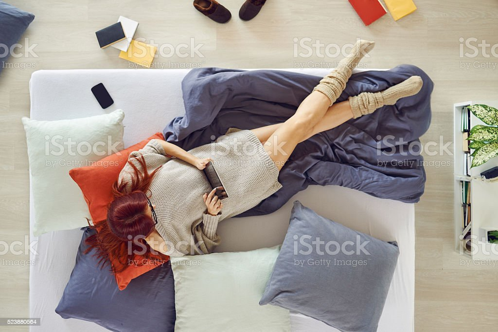 Junge Frau Surfen auf tablette im Bett – Foto
