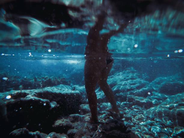 Junge Frau Schwimmen in den blauen Gewässern der Türkei – Foto