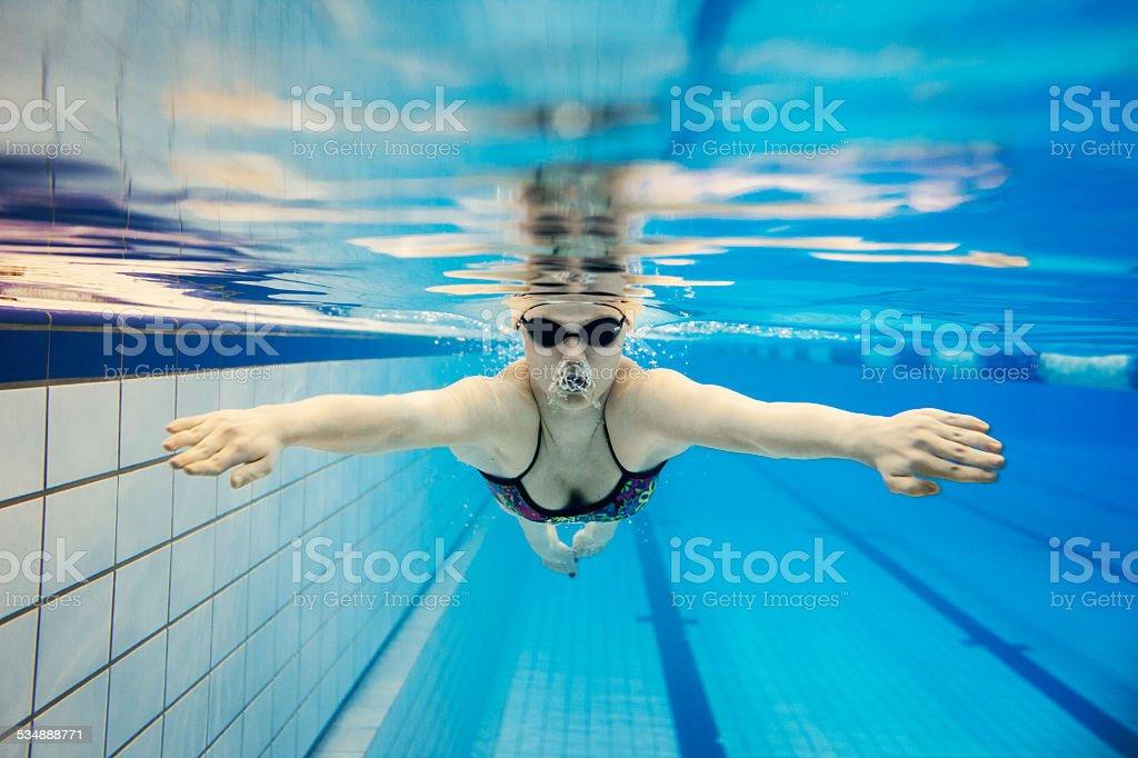 Junge Frau Schwimmen unter Wasser – Foto