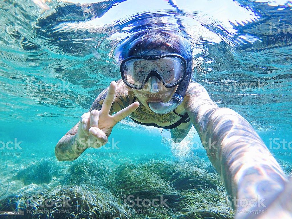 Junge Frau Schwimmen Mit Maske Schnorcheln Stockfoto und