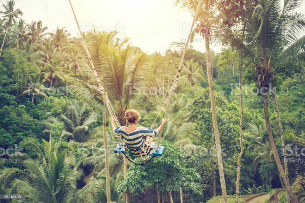 Junge Frau, die geschwungen über den Dschungel, Bali – Foto