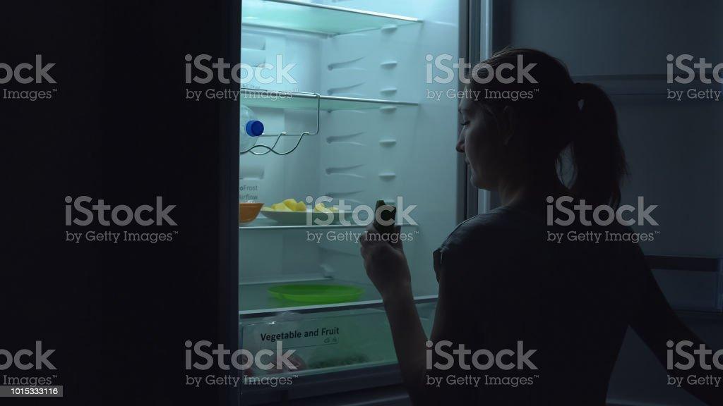 Junge Frau nimmt Gurke – Foto
