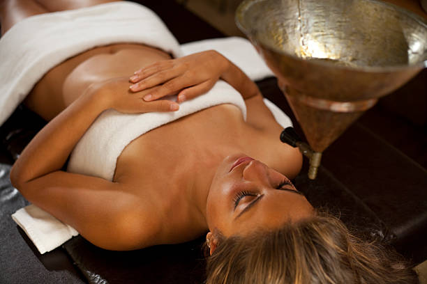 Young woman taking a ayurveda spa massage​​​ foto