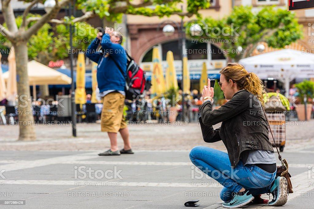 Junge Frau nimmt ein Foto Lizenzfreies stock-foto