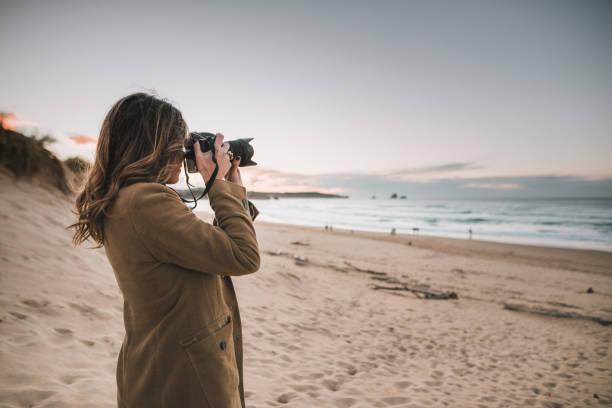jonge vrouw nemen van een foto met een moderne dslr camera - spiegelreflexcamera stockfoto's en -beelden