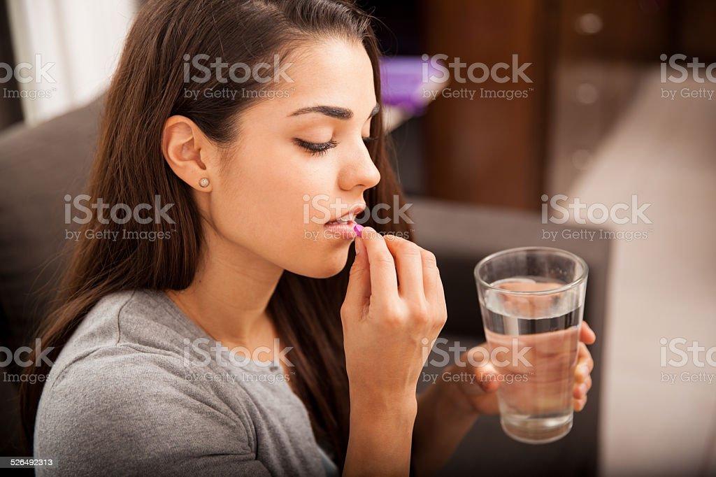 Junge Frau nimmt ein Tablette – Foto