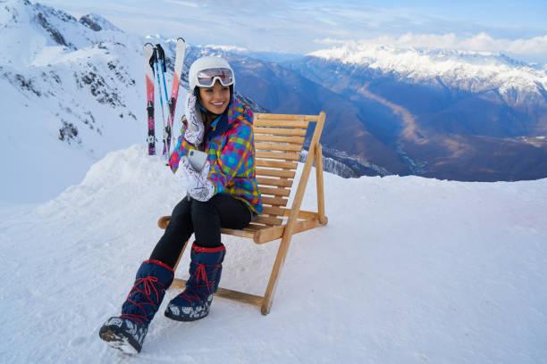 산에서 겨울 휴가에 셀카를 복용 하는 젊은 여자. 스톡 사진