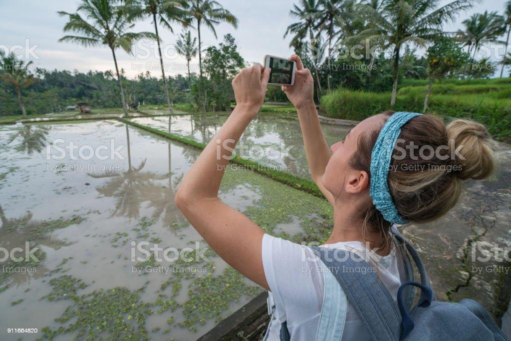 Joven Tomando Foto De Teléfono Móvil De La Terraza De Arroz