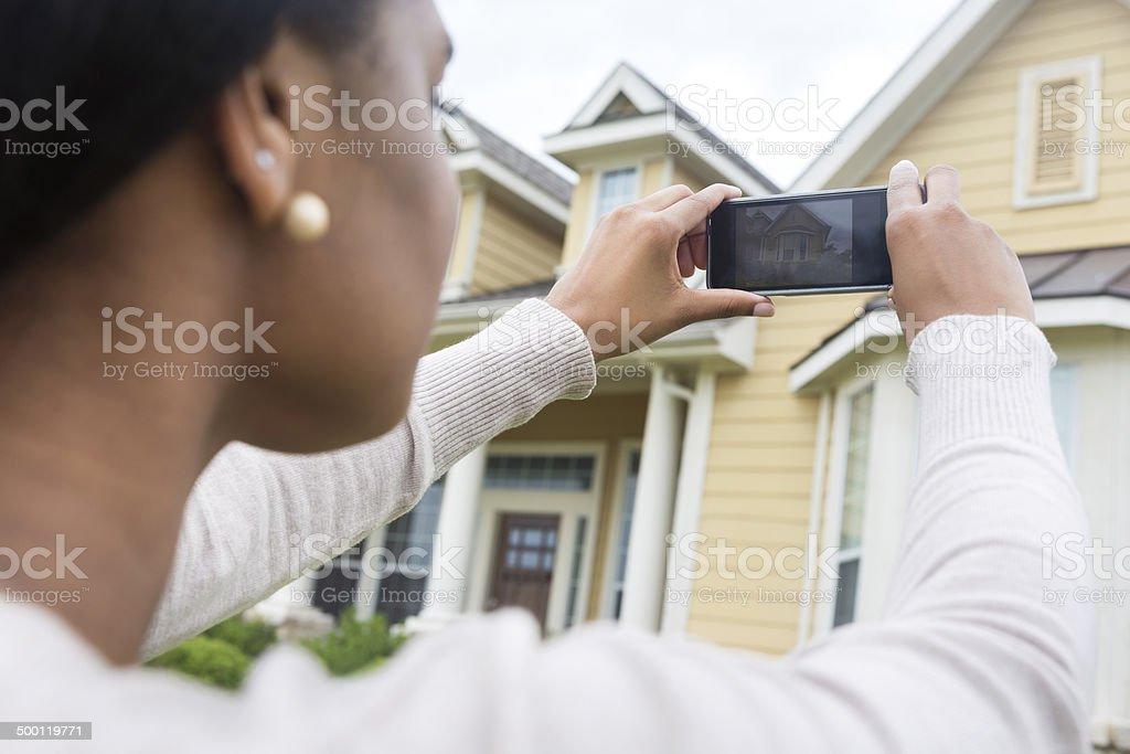 Junge Frau nimmt Foto von neuen zu Hause mit Smartphone - Lizenzfrei Afrikanischer Abstammung Stock-Foto