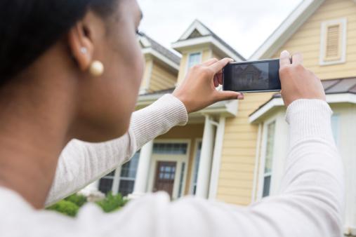 Junge Frau Nimmt Foto Von Neuen Zu Hause Mit Smartphone Stockfoto und mehr Bilder von Afrikanischer Abstammung