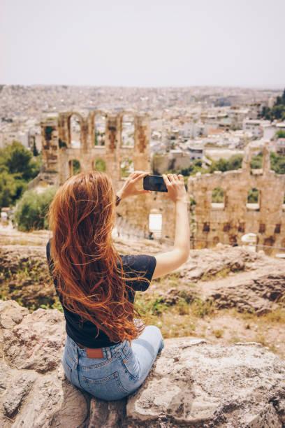 Junge Frau fotografiert in Akropolis von Athen – Foto