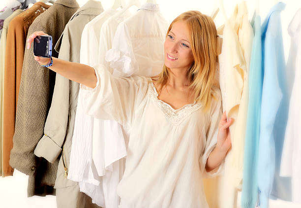 junge frau nimmt selfies - dresses online shop stock-fotos und bilder