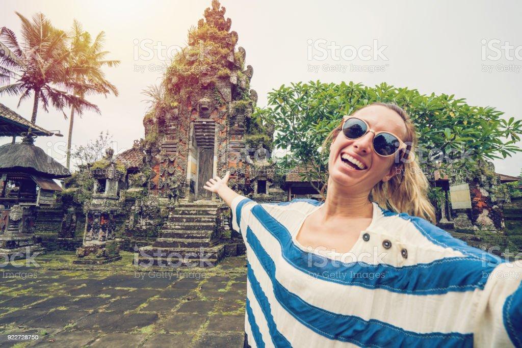 Junge Frau unter Selfie Porträt in der Nähe von antiken Tempel, Bali – Foto