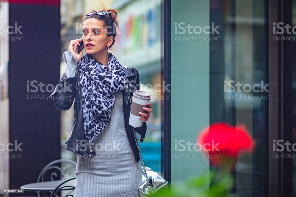 Genç kadın şehre cep telefonuyla sokak söz royalty-free stock photo
