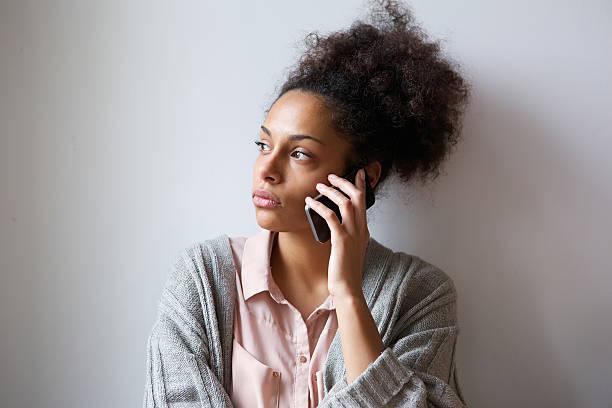 Junge Frau reden auf Handy – Foto