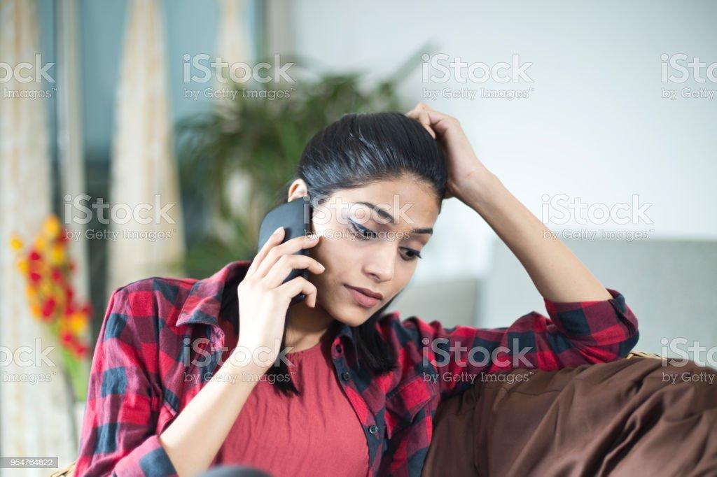 Junge Frau spricht am Telefon  – Foto