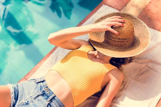 junge frau solarium pool - traum pools stock-fotos und bilder