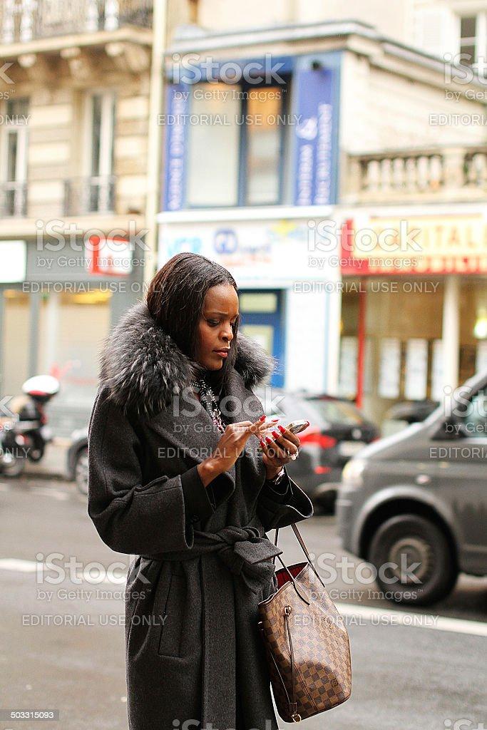 Giovane donna SMS a Parigi foto stock royalty-free