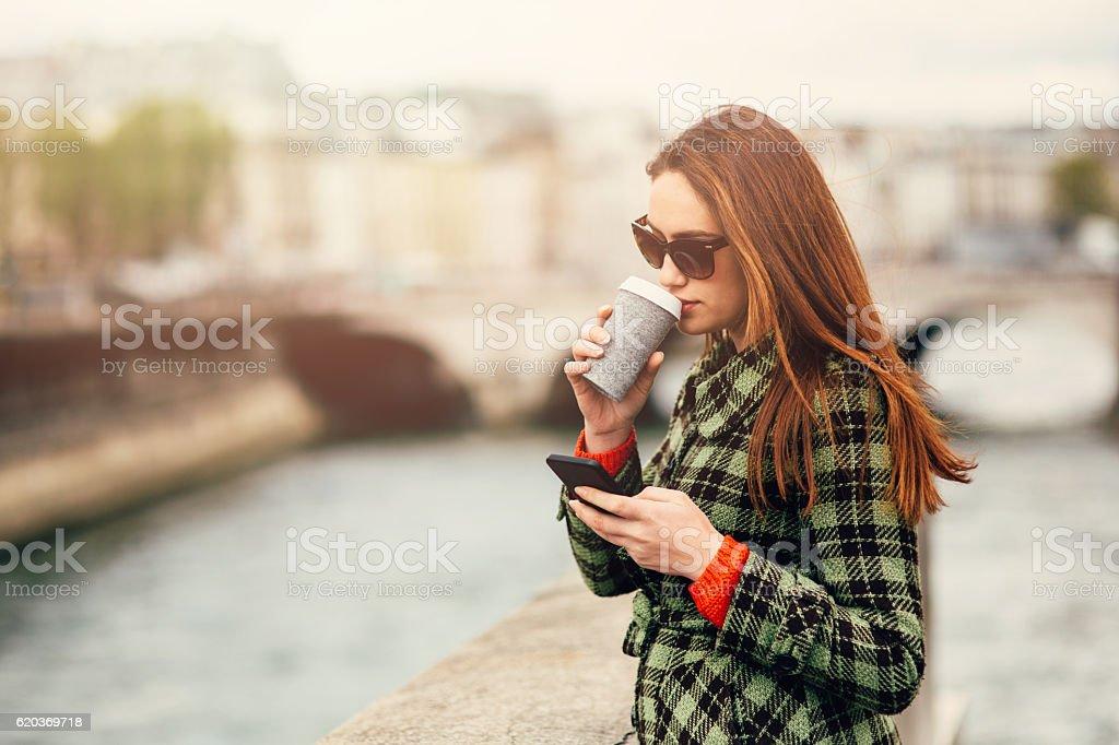 Enviar mensagem de texto mulher jovem em Paris foto de stock royalty-free