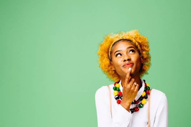 年輕婦女思考和仰望, 被隔絕的在綠色演播室背景 - 少女 個照片及圖片檔